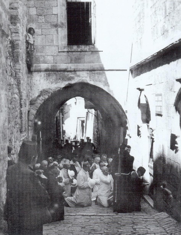 Zajednička molitva s hodočasnicima na petoj postaji Križnog puta u Jeruzalemu.