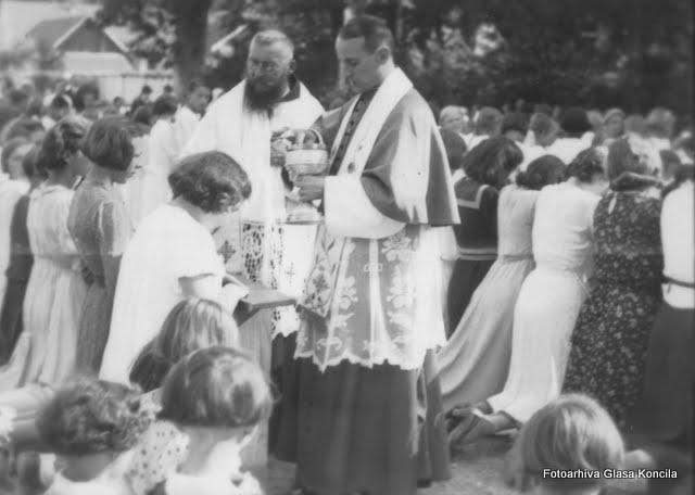 Nadbiskup Stepinac pricešćuje djecu na Euharistijskom kongresu u Varazdinu 29. lipnja 1938.