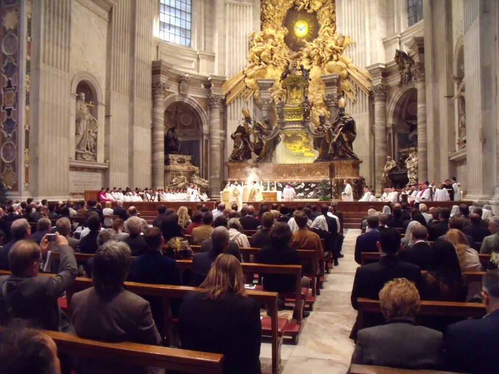 """Kardinal Cañizares slavi Misu po tradicionalnom rimskom obredu u bazilici sv. Petra ispunjenoj vjernicima prilikom hodočašća """"Una cum papa nostro"""" 2012. g."""