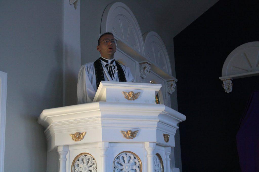 Otac Gregory propovijeda.