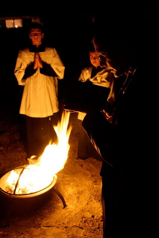 Otac Gregory u noći Uskrsnog bdijenja.